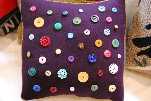 Button-pillow-1008