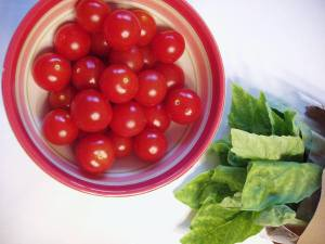 Cherry_tomatoes_and_basil