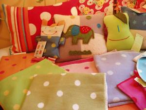 Kids_bed_with_dotty_blankets