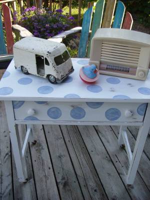Polkadot_side_table_with_vintage_tr