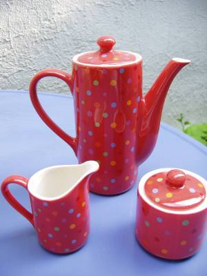 Coffee_pot_with_creamer_and_sugar