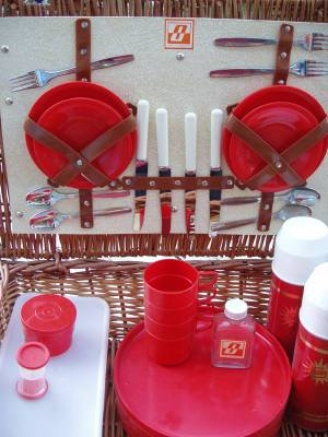 Red_plateswicker_basket