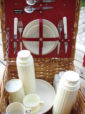 Vintage_basket_open_with_white_dish