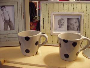 Grey_mugs_with_black_dots