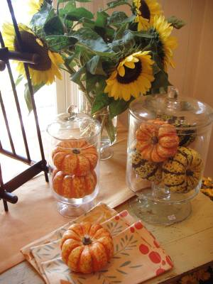 Fall_tabletop_with_sunflowers